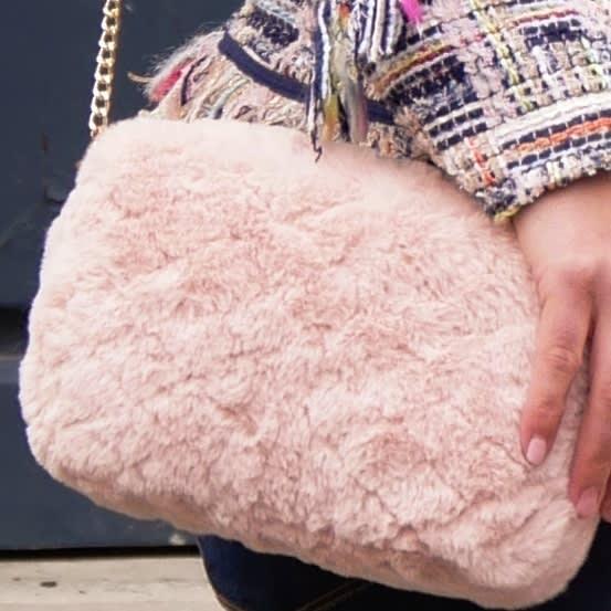 Petit sac rose poudré avec bandoulière amovible en tissu matelassé. Fausse fourrure