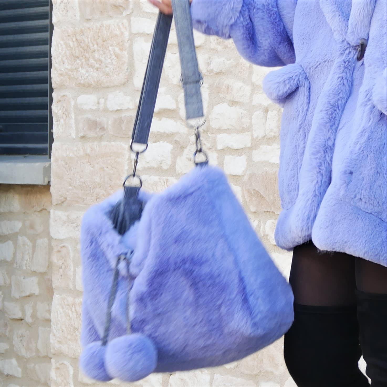 Sac bleu lavande, Grand sac fausse fourrure lavable, Sac souple porté épaule avec bandoulière réglable.