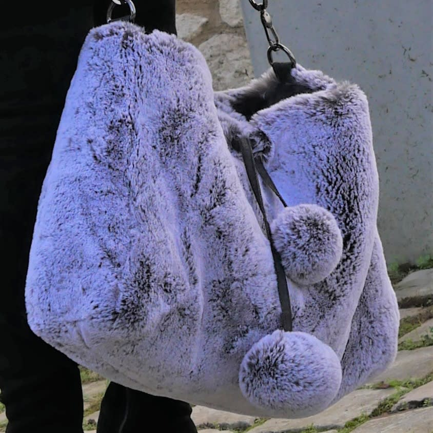 Sac fourrure gris blanc, grand sac souple porté épaule avec bandoulière réglable. Sac de luxe mode chic et décontracté, fait main.