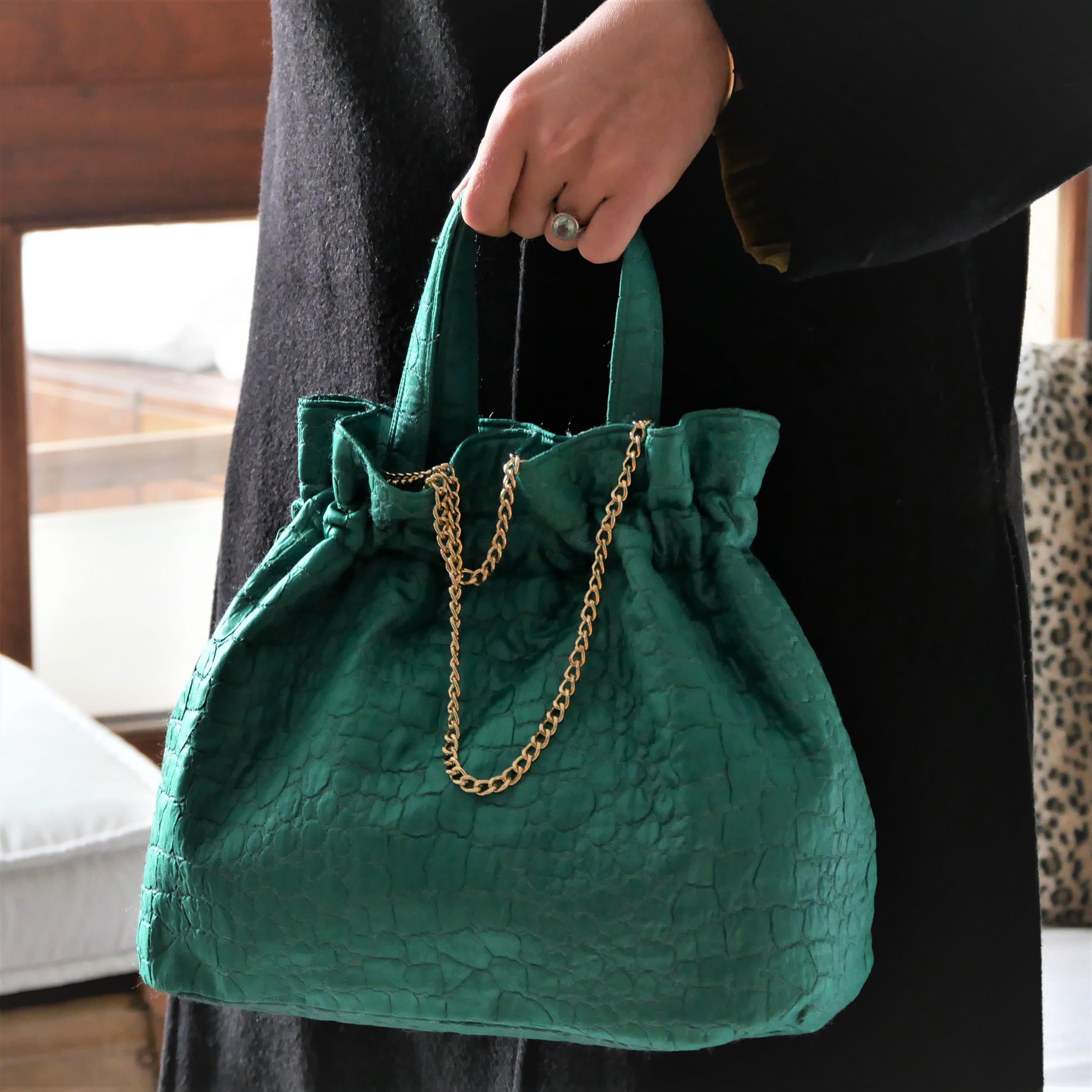 Sac à main vert émeraude tissage motif peau de crocodile lavable. Petit sac végan et vintage années 50, avec chaîne amovible.
