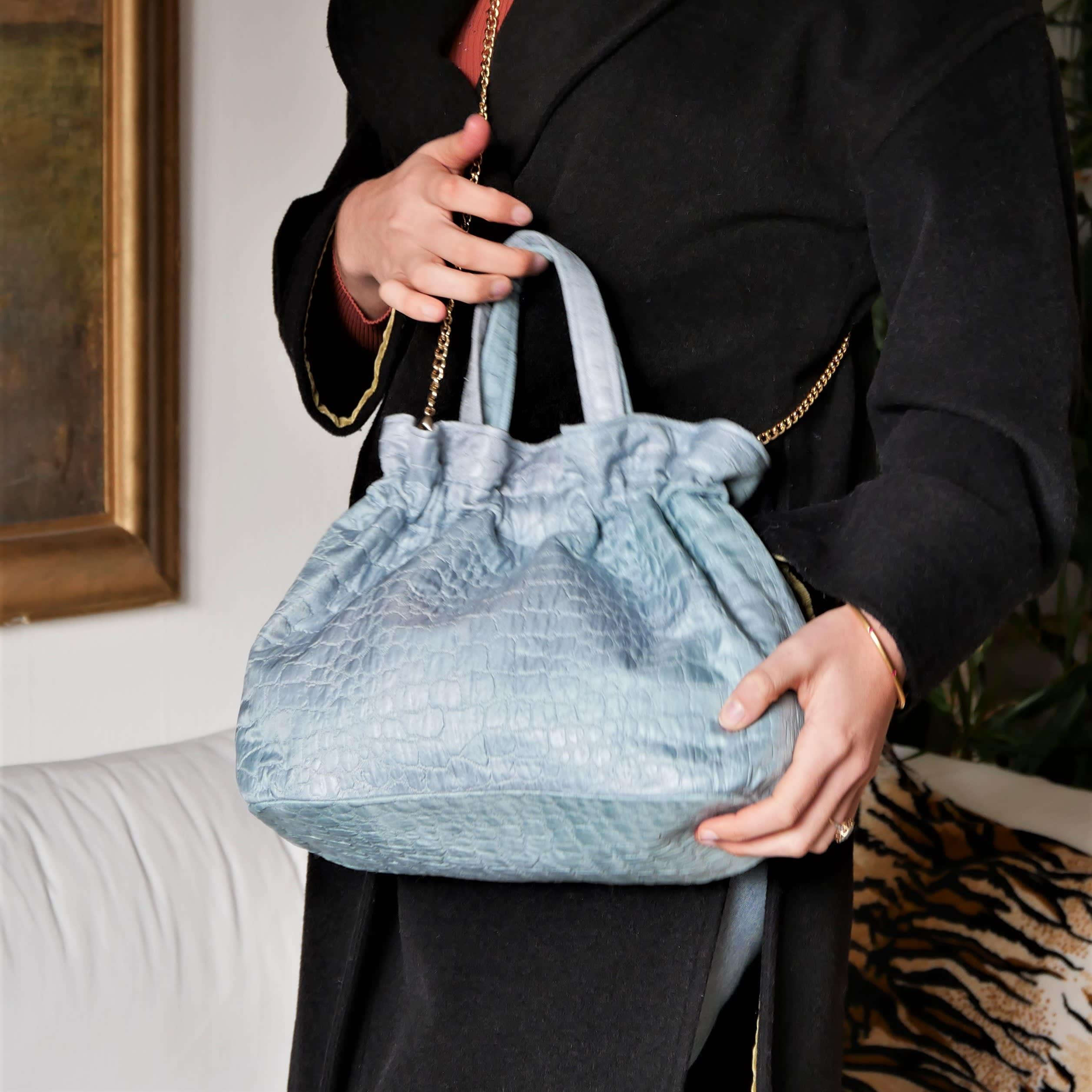 Petit sac à main bleu. Sac végan et vintage années 50 en tissu avec relief motif peau de crocodile , sac lavable avec chaîne amovible.