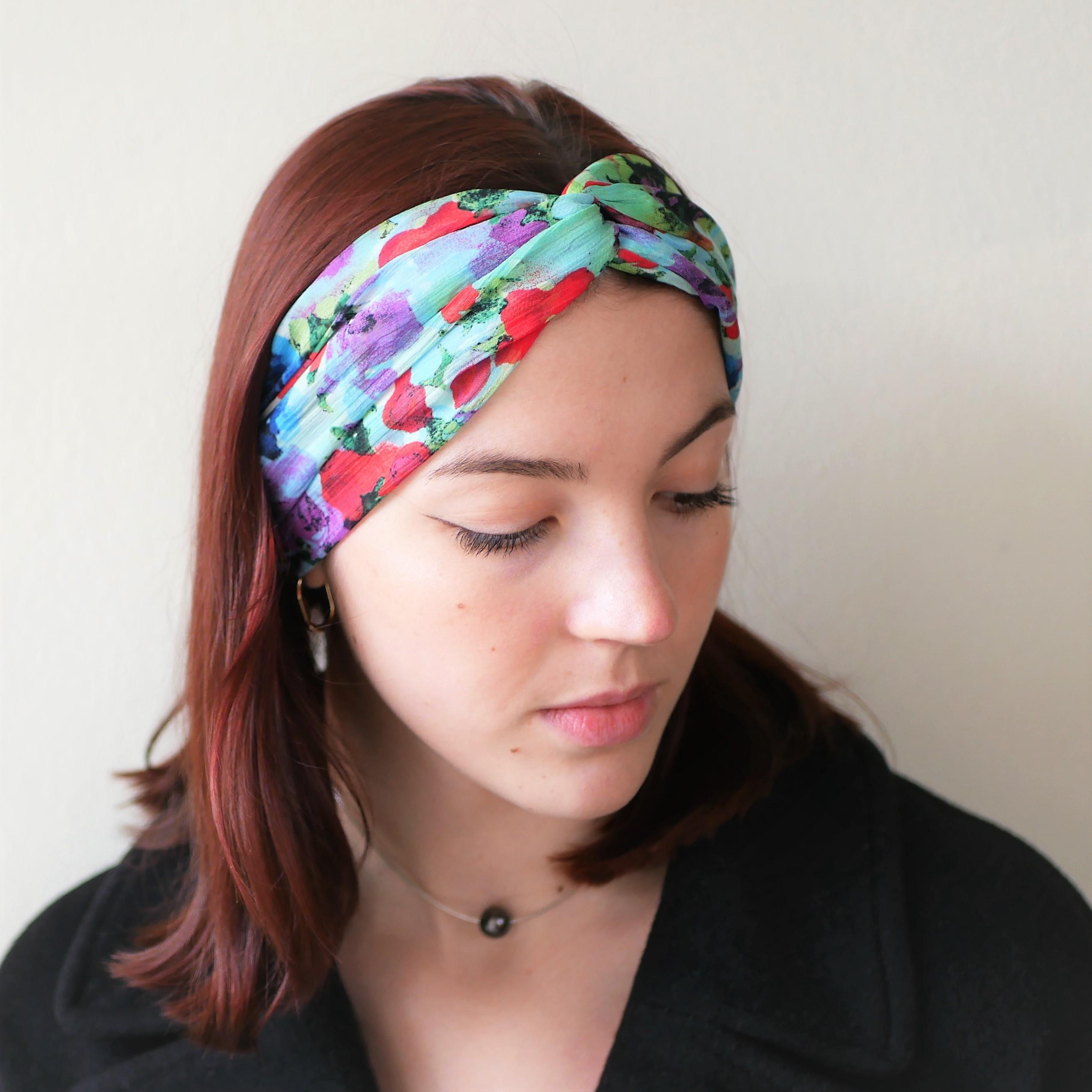Turban en mousseline turquoise avec fleurs rouge, bleu, vert, violet...  Bandeau en turban, bandeau croisé, bandeau large, turban mariage.