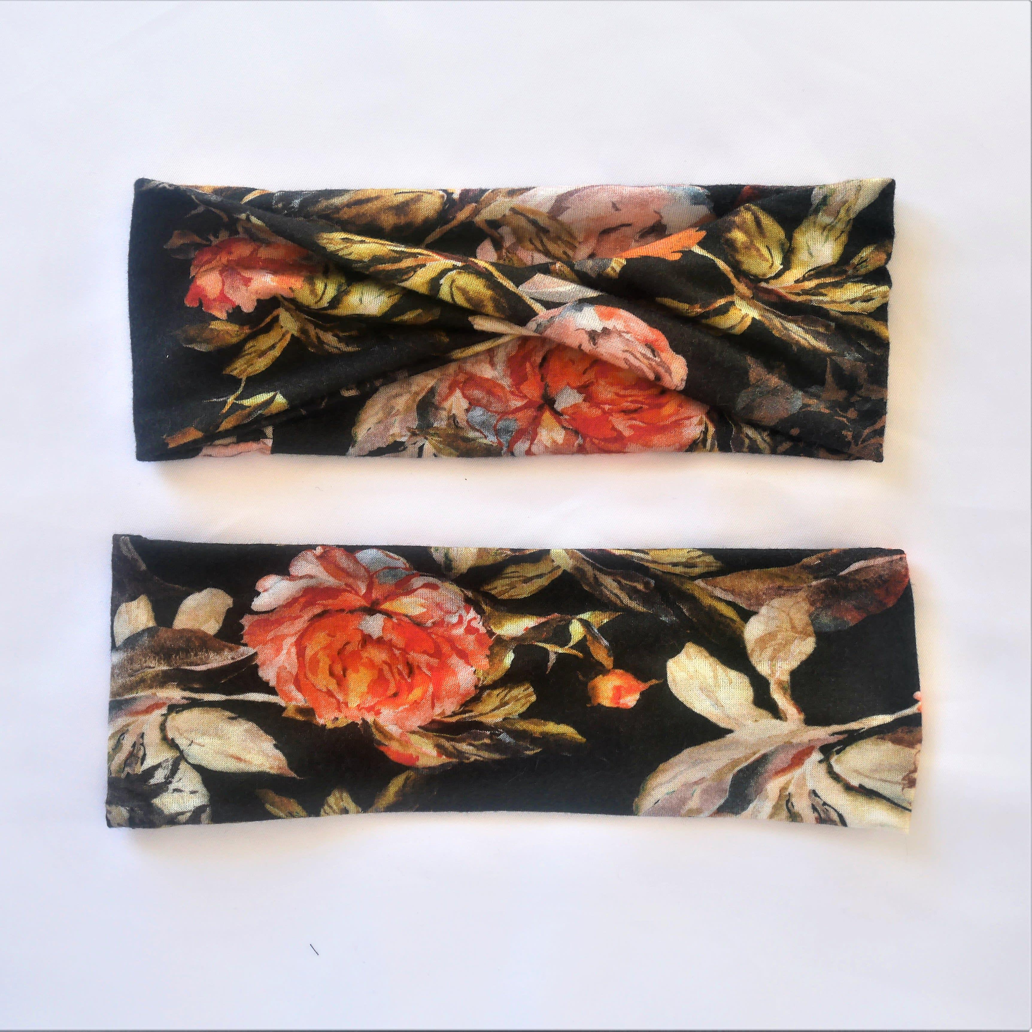 bandeau croisé noir avec fleurs imprimées. Soit avec torsion, soit croisé façon turban. Bandeau large, cadeau mode pour elle.