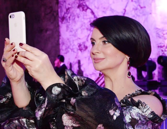 Стиль монохром: 52-летняя Стриженова пришла в Останкино в пастельном платье-халате