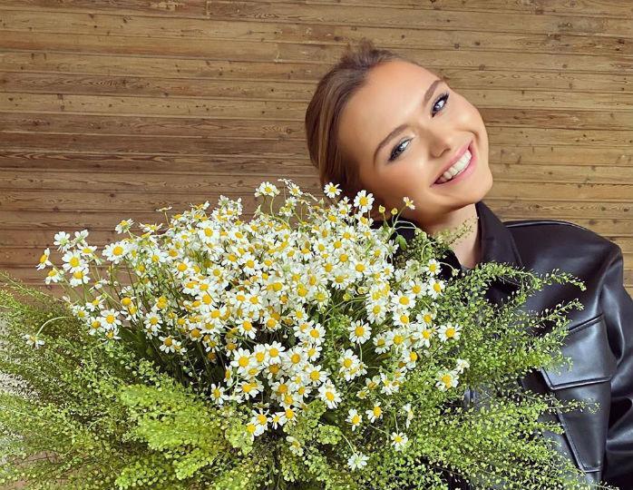 «Нежность вкаждой детали»: Стеша Маликова позировала в жакете небесного цвета и косынке