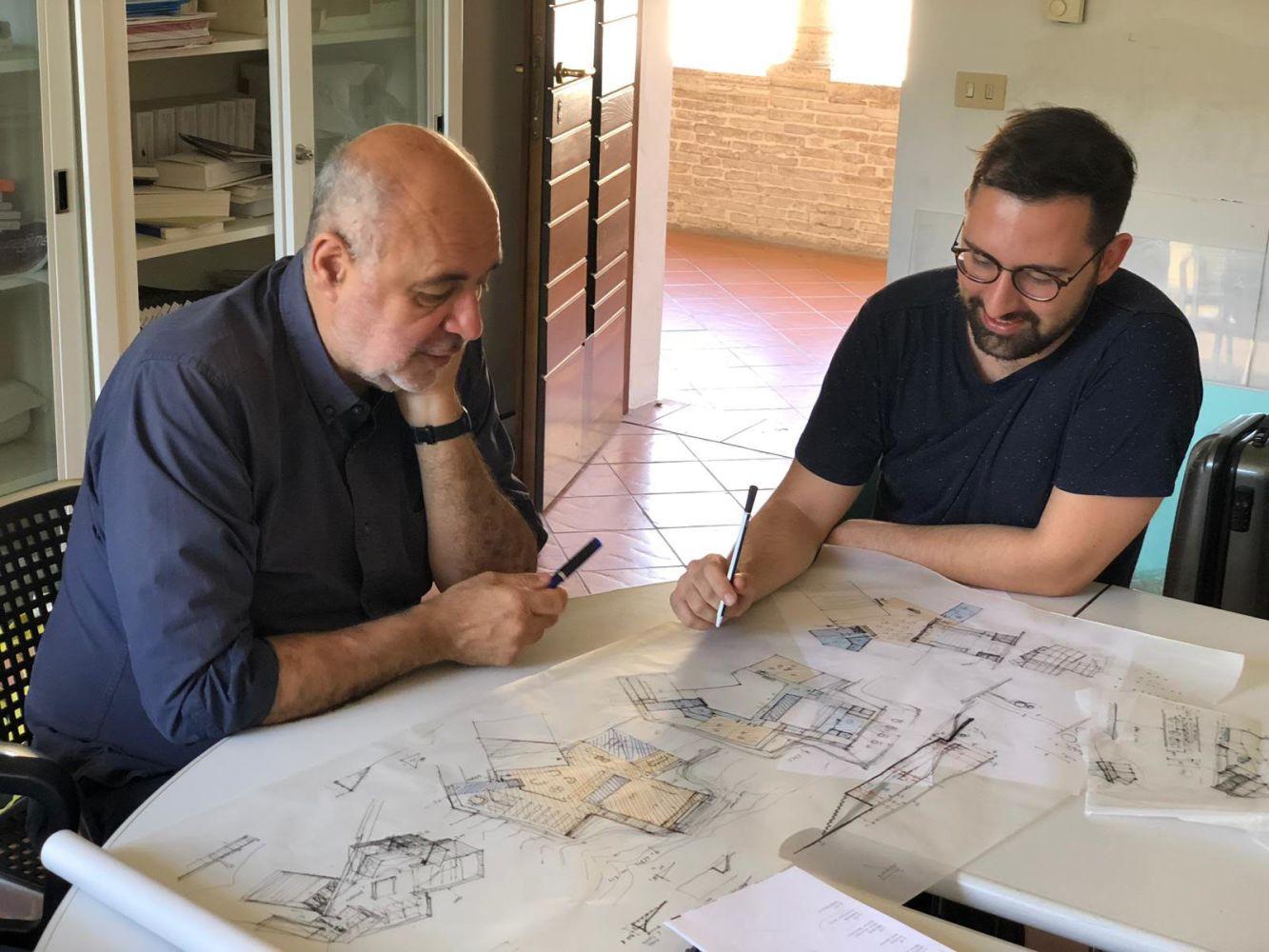Pippo Ciorra fa revisione a un suo studente.