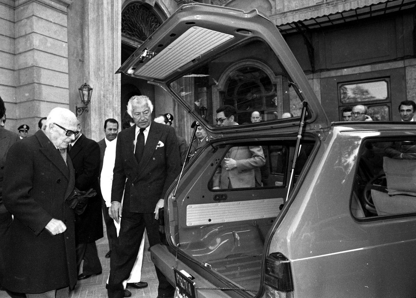 Il presidente di Fiat Auto, Gianni Agnelli (al centro), presenta la Panda al presidente della Repubblica Italiana, Sandro Pertini (a sinistra), nei giardini del Palazzo del Quirinale a Roma, 26 feb_ fot Ansa Archivio 95275