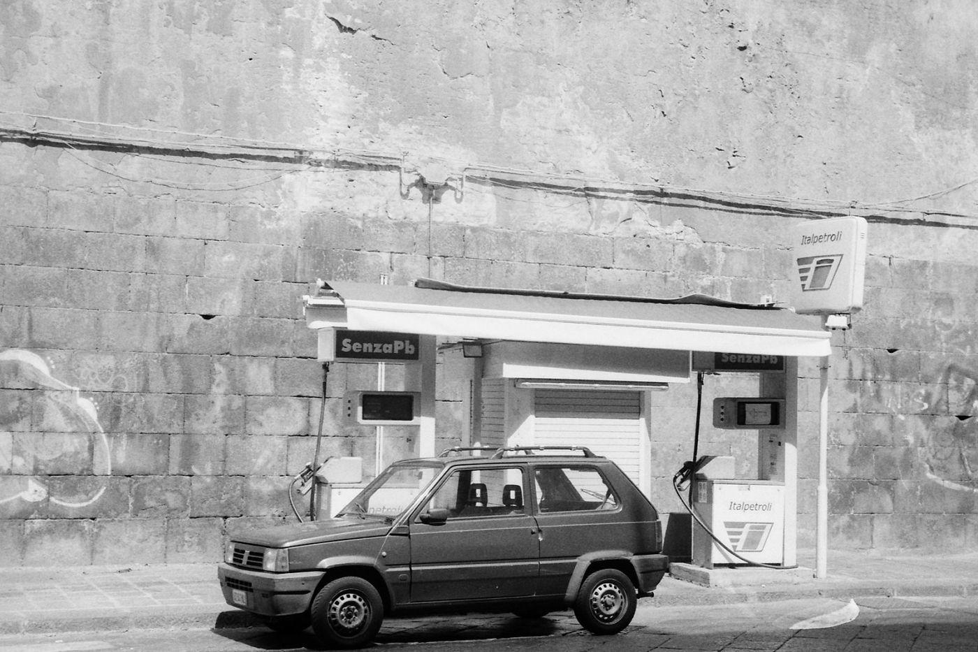 Catania Italpetroli via A di Sangiuliano (scan from negative, Ilford Delta 400, Leica IIIc, Summitar 5cm f2), foto di NAC, CC BY-SA 4.0, via Wikimedia Commons