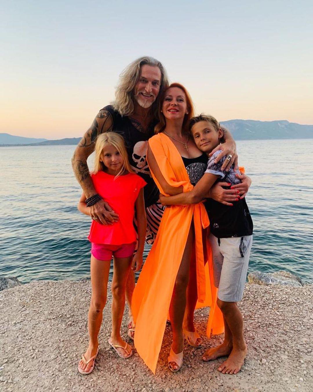 Вылитый папа! Марина Анисина поделилась фото мужа с повзрослевшим сыном