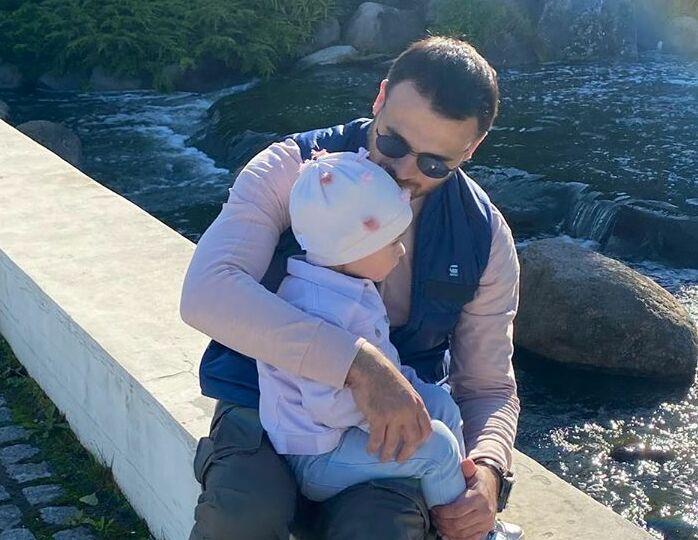 Трогательные кадры: крохотная дочь Эмина в футболке цвета сладкой ваты научила дедушку танцевать