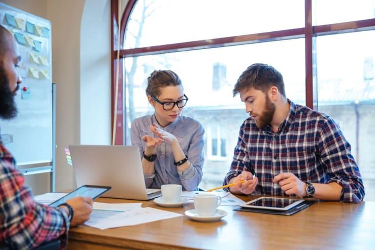 Gruppe junger Geschäftsleute mit Brainstorming im Amt