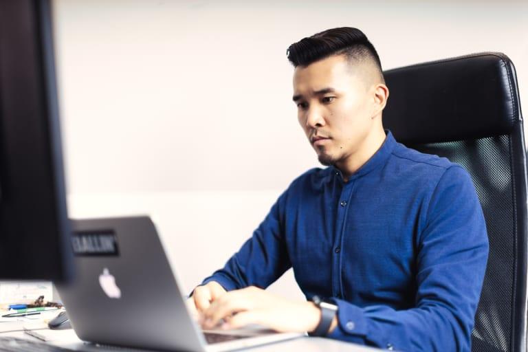 Businessfotografie in einer Berliner Agentur, Person sitzt an einem Laptop