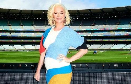 «Яркая и стильная»: Беременная Кэти Перри в неоновом мини-платье выступила в Австралии