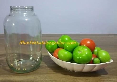 Turşuluk yeşil domatesler