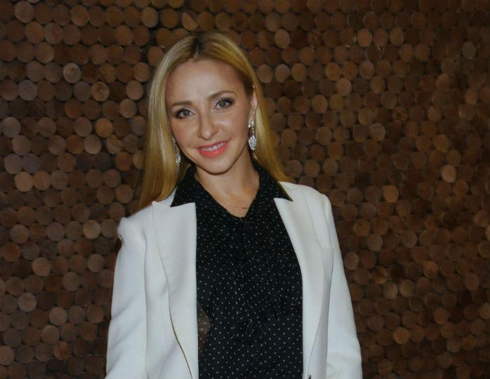 Сама элегантность: Татьяна Навка в белоснежных кюлотах посетила музей с женой Юдашкина