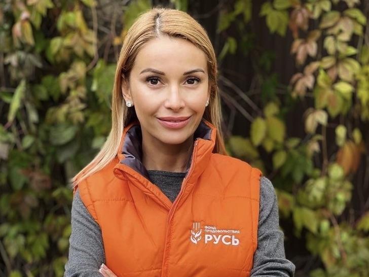 Ольга Орлова оголила «ложбинку греха» в бархатном платье с корсетом