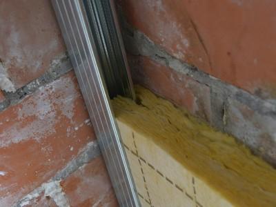 Isolatieplaat met inkeping over metalen profiel