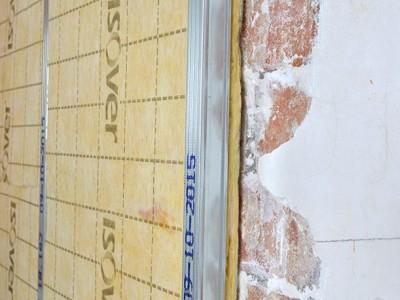 Isolatieplaat tegen muur