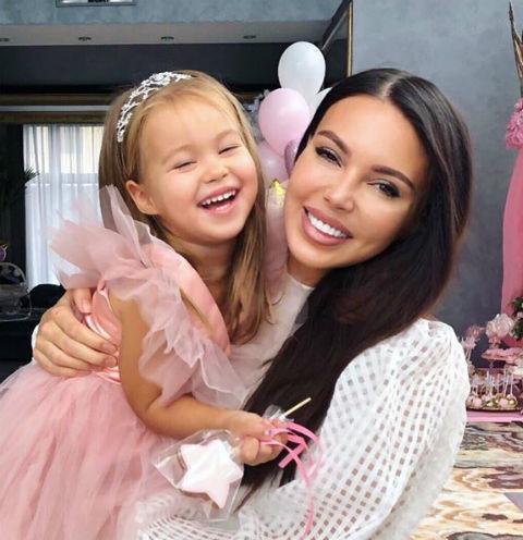 Сказочные принцессы, замки и карета: как Оксана Самойлова отметила день рождения младшей дочери