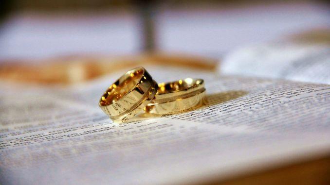 zlaté snubní prsteny na knize