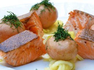 lososové kostky s bramborem na talíři recept