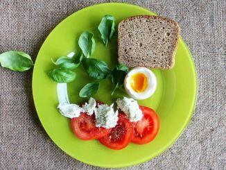 jarní snídaně chleba rajčata bazalka vejce sýr