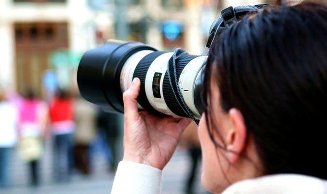 žena povolání fotografka objektiv