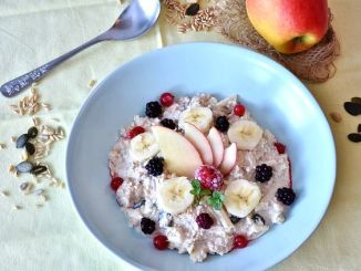 Ovesná kaše s lesním ovocem na talíři