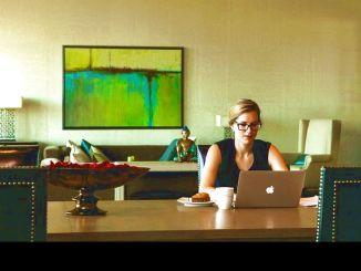 žena sedící v domácí kanceláři