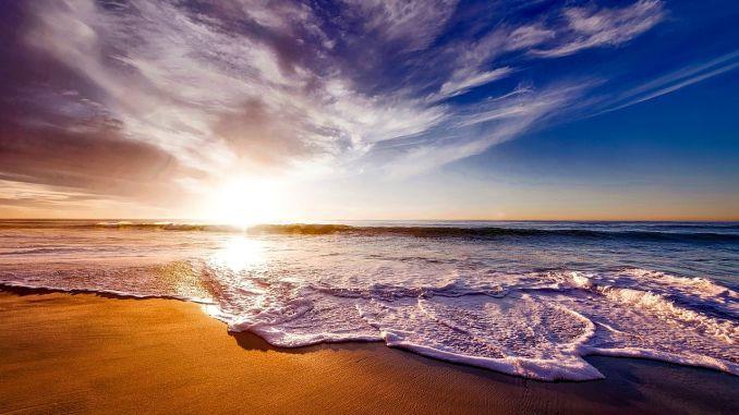 pláž moře západ slunce