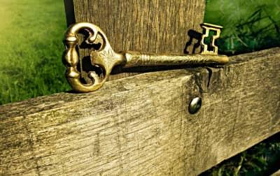 zlatý klíč na dřevě