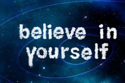 vesmír a nápis říkající věřte v sebe