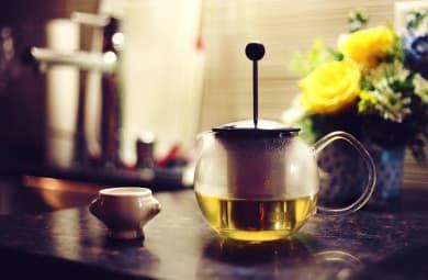 zelený čaj ve skleněné konvici a šálek