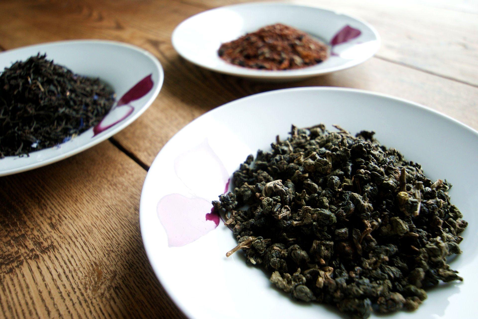sypané zelené čaje na talířcích