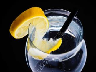 sklenice vody s citronem