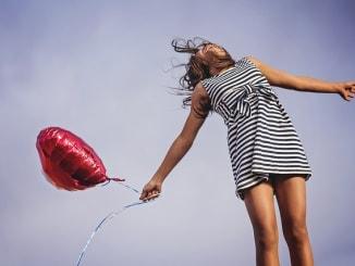 žena s balonkem má radost