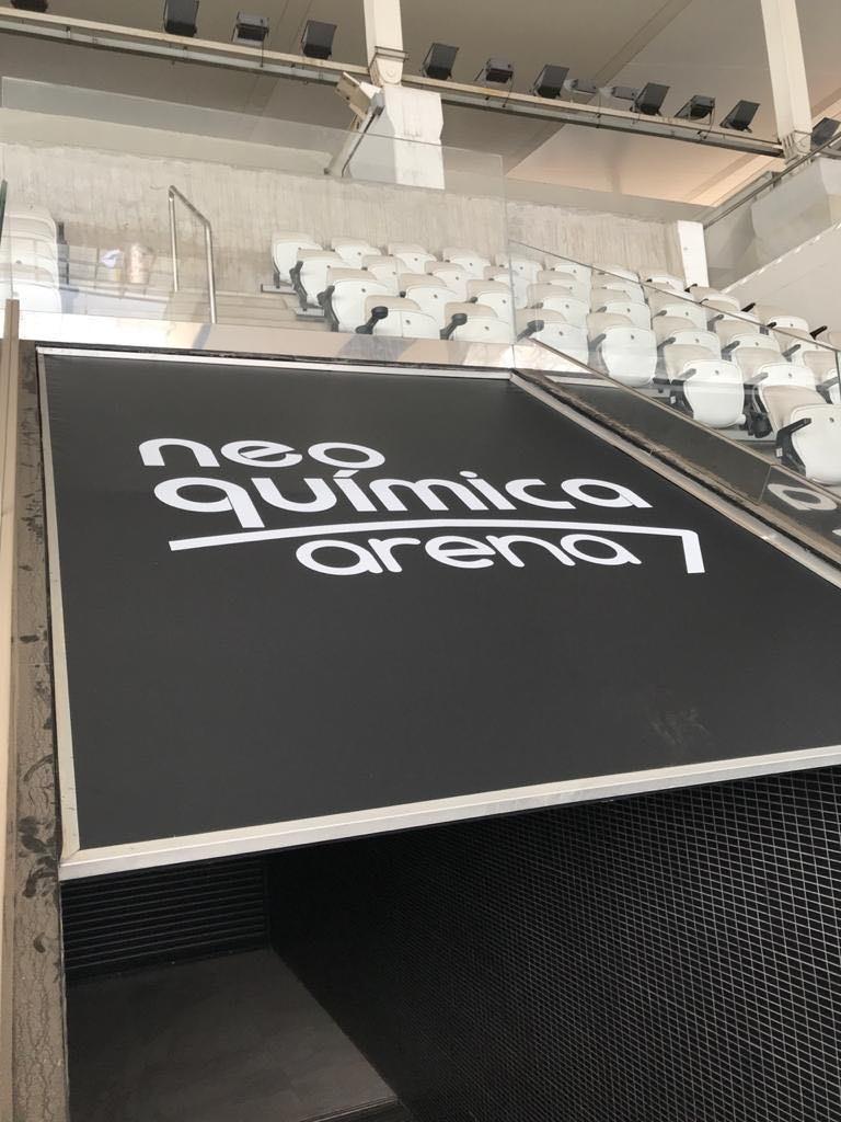 Novo logotipo já instalado nas arquibancadas do estádio (Foto: Divulgação)