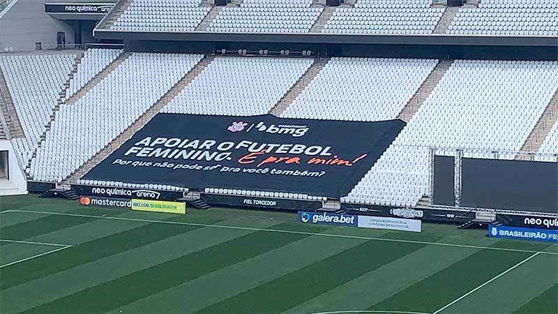 Bandeirão ficará exposto dentro da Neo Química Arena durante jogos do time feminino do Corinthians (Foto: divulgação)