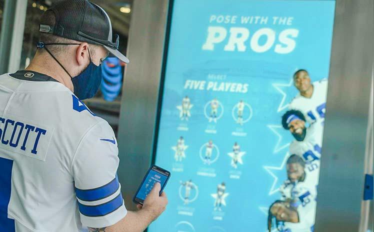 Torcedor usa a solução Pose With The Pros dentro do AT&T Stadium durante a pandemia (Foto: Divulgação)