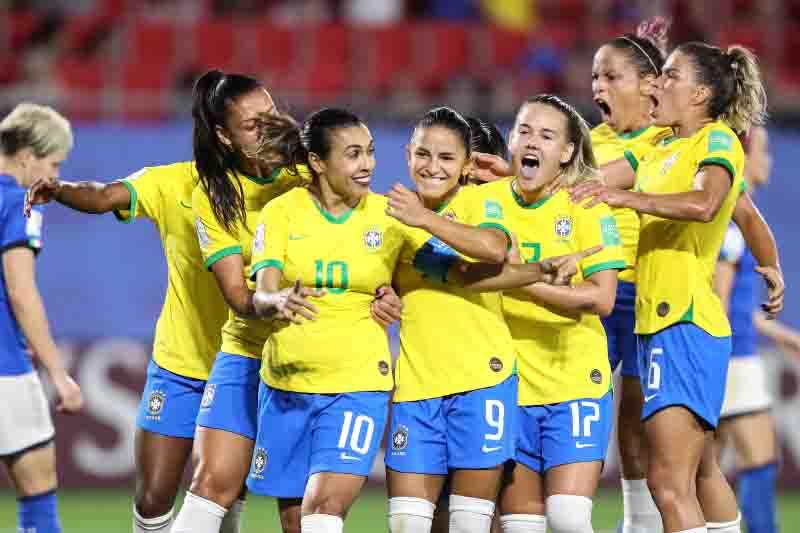 Futebol feminino tem de crescer sem vício