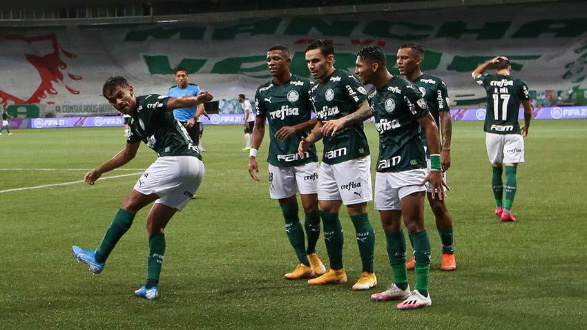 Gustavo Scarpa comemora o primeiro gol do Palmeiras sob o Libertad, observado pelos jogadores do time (Foto: Cesar Grecco/Ag. Palmeiras)