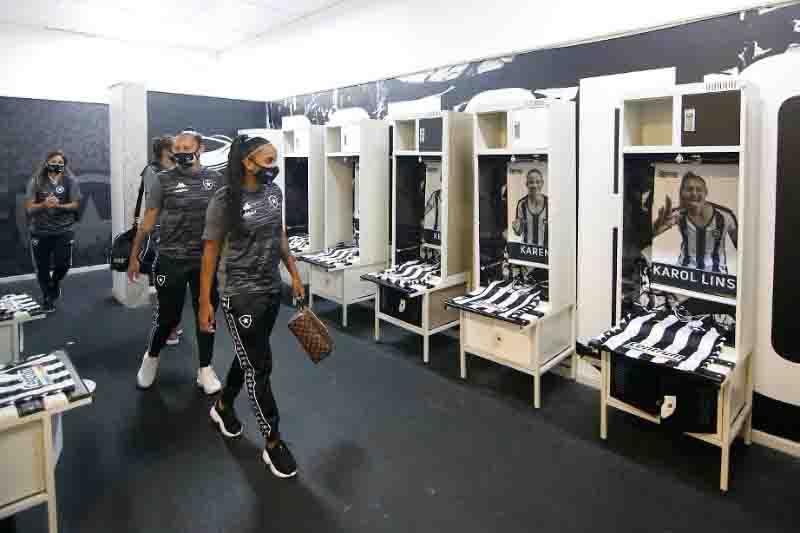 Jogadoras chegam ao Nilton Santos com o vestiário personalizado.