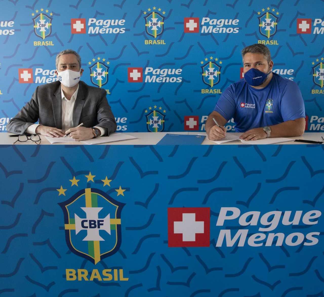 Presidente da CBF, Rogério Caboclo, e CEO da Pague Menos, Mário Queirós, assinam contrato de patrocínio à seleção brasileira no Rio de Janeiro (Foto: Lucas Figueiredo/CBF)