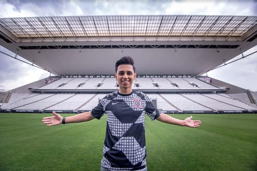 Bruno Nobru Góes posa com a nova camisa do Corinthians dentro da Neo Química Arena, antes de partir para nova fase no universo de e-Sports