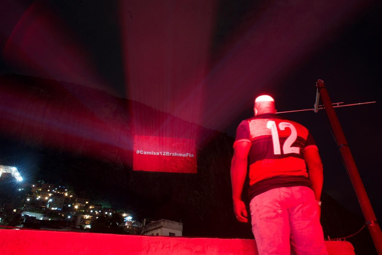 Brahma faz projeção com mensagens de torcedores do Flamengo
