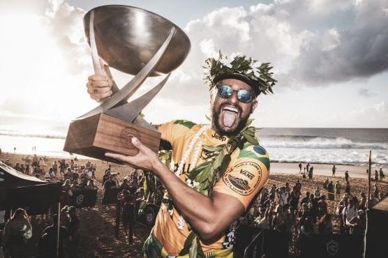 Ítalo Ferreira comemora o título mundial de surfe com os óculos da Oakley, sua patrocinadora