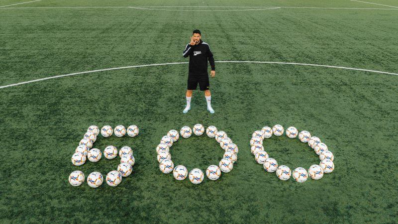 Com Puma, Suárez doa bolas para celebrar 500 gols
