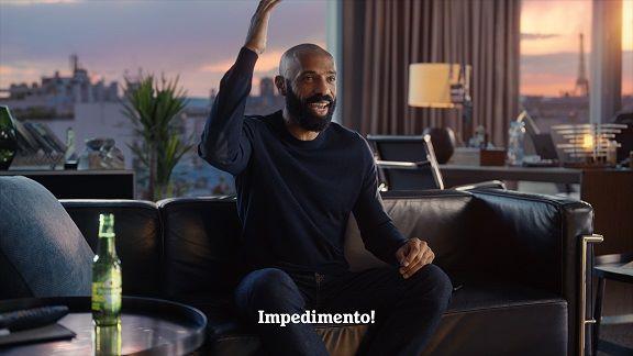 Thierry Henry é a principal estrela da nova campanha da Heineken (Foto: Divulgação)