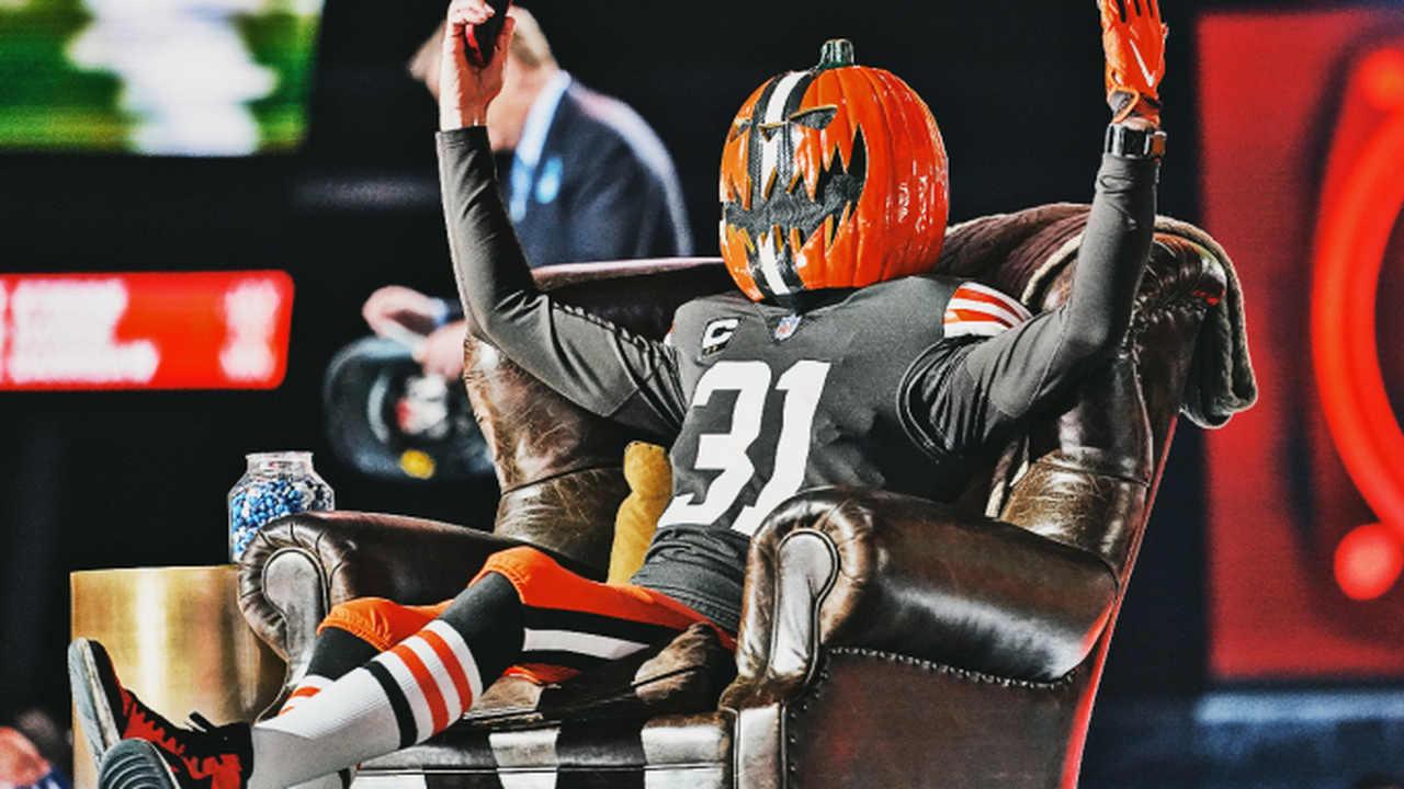 Torcedor senta na cadeira de Roger Goodell durante a transmissão do Draft da NFL