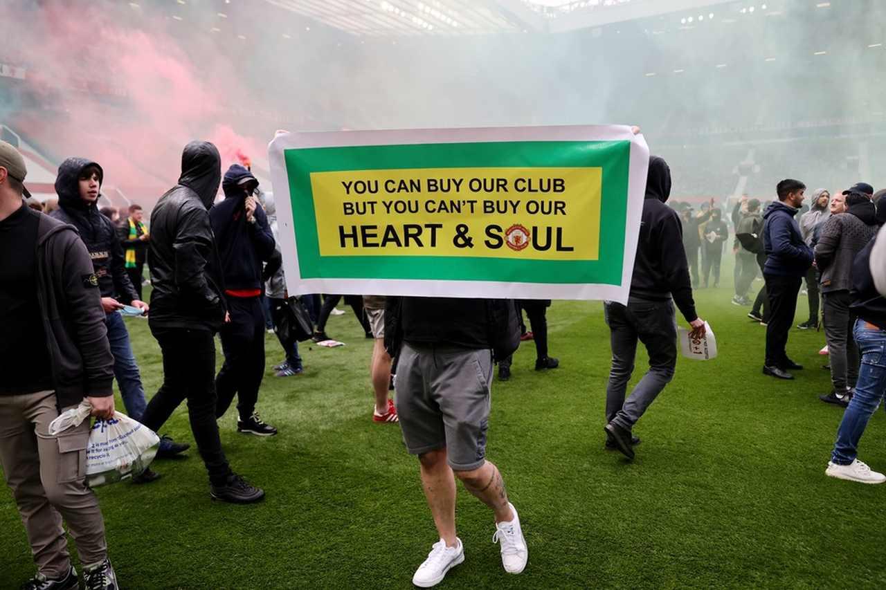 Torcida invade campo e impede jogo do Manchester